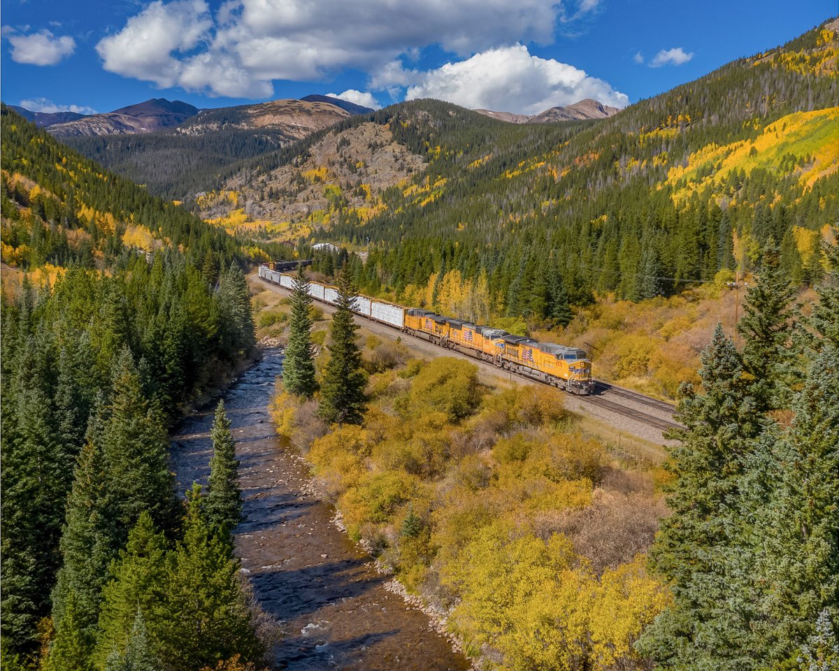 Peak Fall Color on the Great Divide. @UnionPacific #unionpacific #buildingamerica #logistics #travel #aspen #fall #mountains #explore #Colorado #train #railroad #trains #photography #photographerpic.twitter.com/9TgobuFz80
