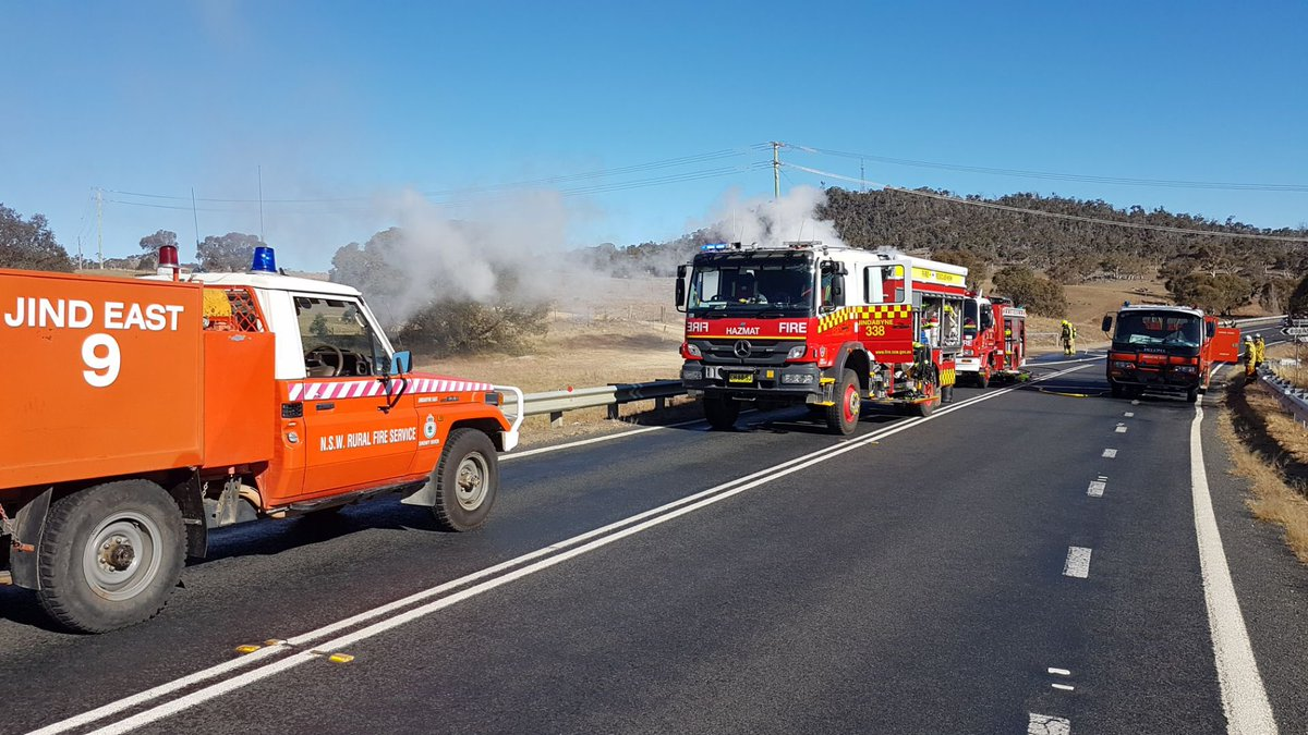 The Kosciuszko Rd at East Jindabyne has been closed as firefighters from #FRNSW and #NSWRFS deal with a truck fire. There may be a short delay for those travelling between Cooma and Jindabyne.