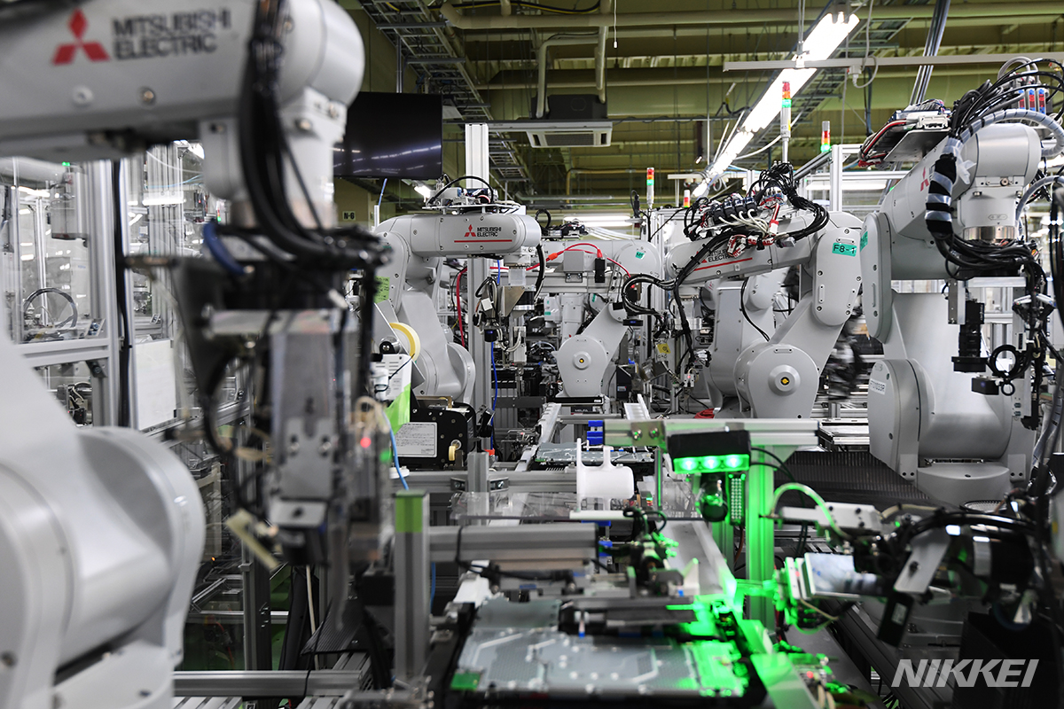 プレイステーション4の生産ラインは全工程を自動化。ずらりと並ぶロボットアームの動きはそれぞれ違っていて、見飽きることがありません=淡嶋健人撮影 #PlayStation #プレステ #Sony #PS5 https://t.co/KN2Mr4k8q5 https://t.co/uHaIMzERTU