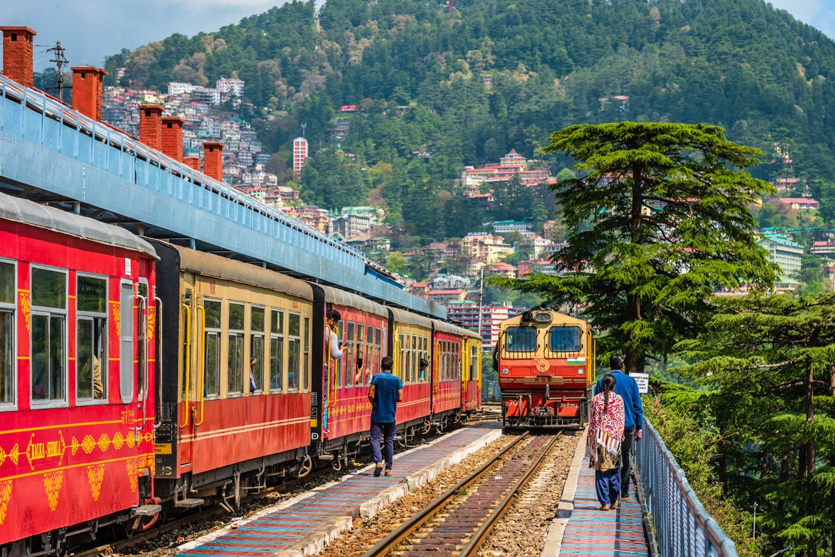Can you identify this popular railway line in North India, which holds UNESCO World Heritage status? This train ride is one of India's most incredible feats of engineering & is also famed for its dramatic views over Himachal's pine & fir-covered hilltops. ©https://t.co/9yXWNqVSlD https://t.co/vnZd0wKydi