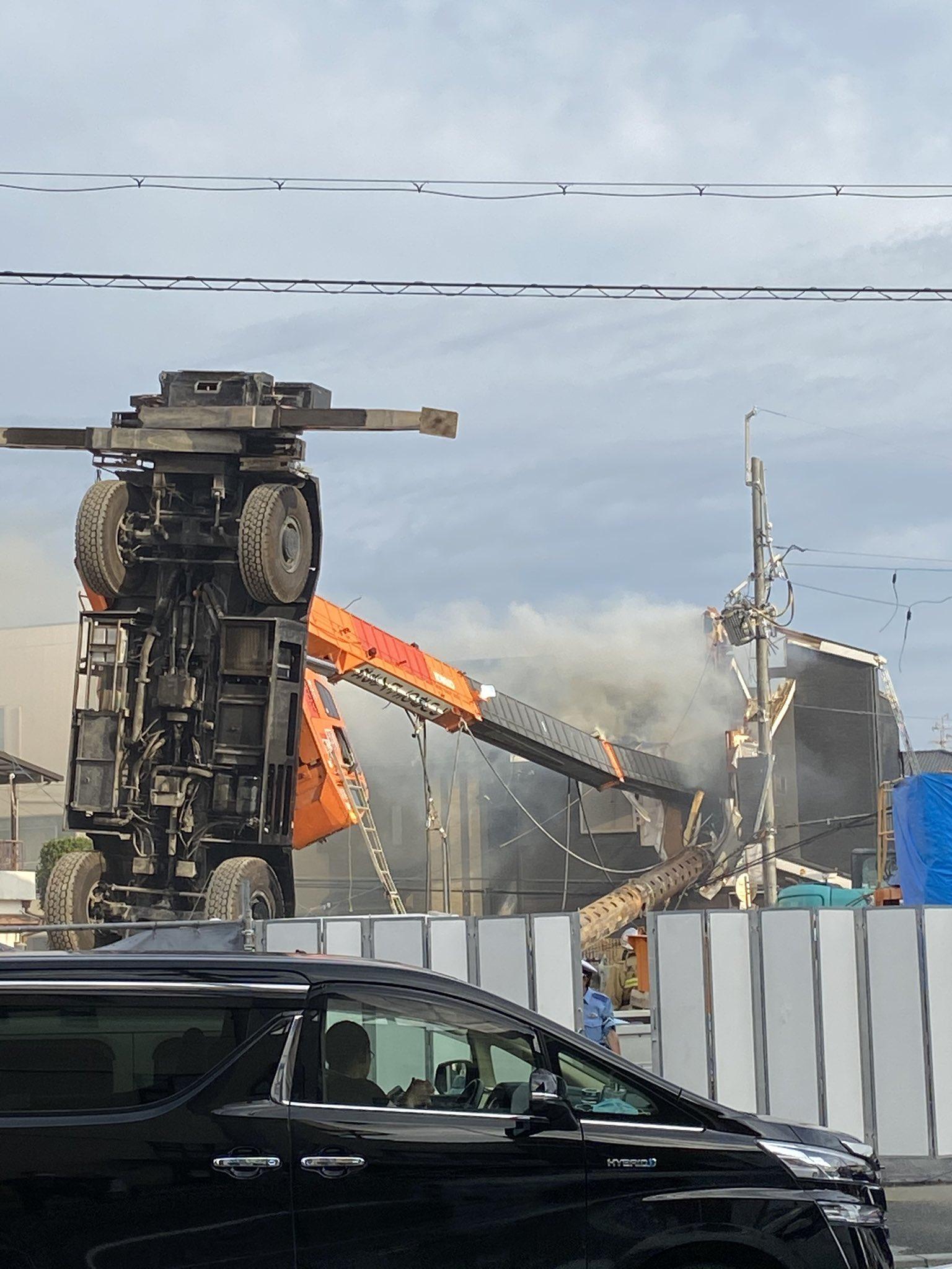 高槻市南松原町でクレーン車が横転し住宅に直撃している画像