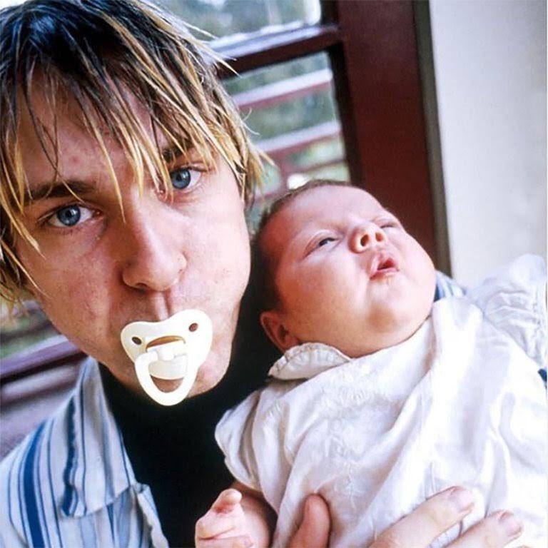 Kurt Cobain with his daughter Frances Bean Cobain  #decades #90s pic.twitter.com/EFJFWHZVEP