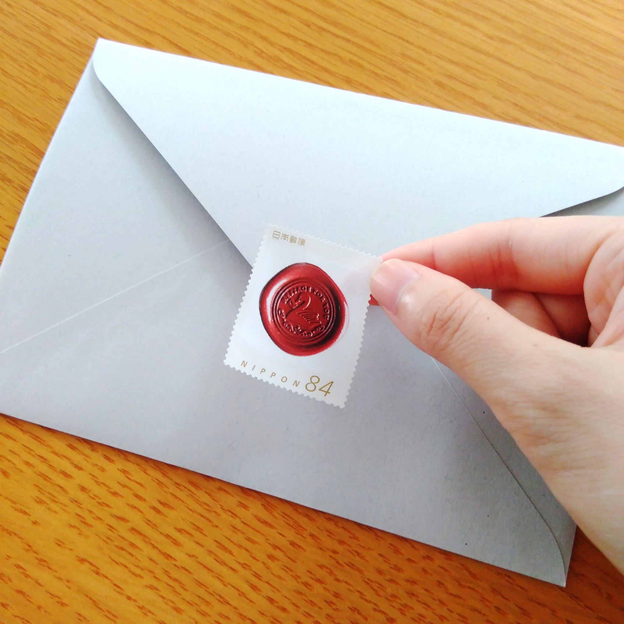 日本郵便の「オリジナル切手作成サービス」で切手をつくったのですが、封筒の真ん中に貼りたくなる誘惑とたたかっています。