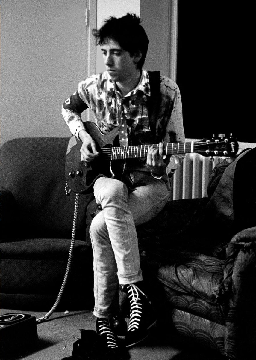 Happy birthday today to Mick Jones #TheClash  Photo (c) Julian Yewdall backstage in 1976 https://t.co/sqkFUbcPvW