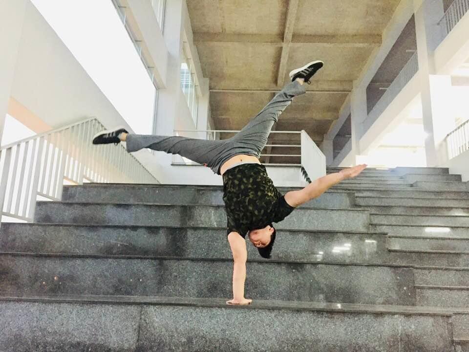 Summer time. #handstand #handstanding #handstandeveryday #handstandlove #gymnastics #bboy #poledance #acrobatics #calisthenics #yoga #yogainspiration #circuseverydamnday #handbalance #handbalancing #handbalancer #calisthenics #streetworkout #lephamthevupic.twitter.com/8drqDWkNnc