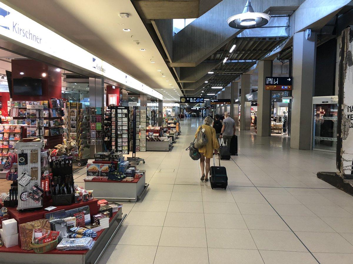 Zahlreiche Ziele auf der Anzeigetafel, geöffnete Shops und fröhliche Passagiere - wenn auch noch nicht ganz so viele: Am Köln Bonn Airport beginnen die Sommerferien. Erwartet werden heute etwa 4.300 Reisende (2019: rund 45.000). Sukzessive wird es mehr. Wir freuen uns auf euch! https://t.co/V2GipNYMU6
