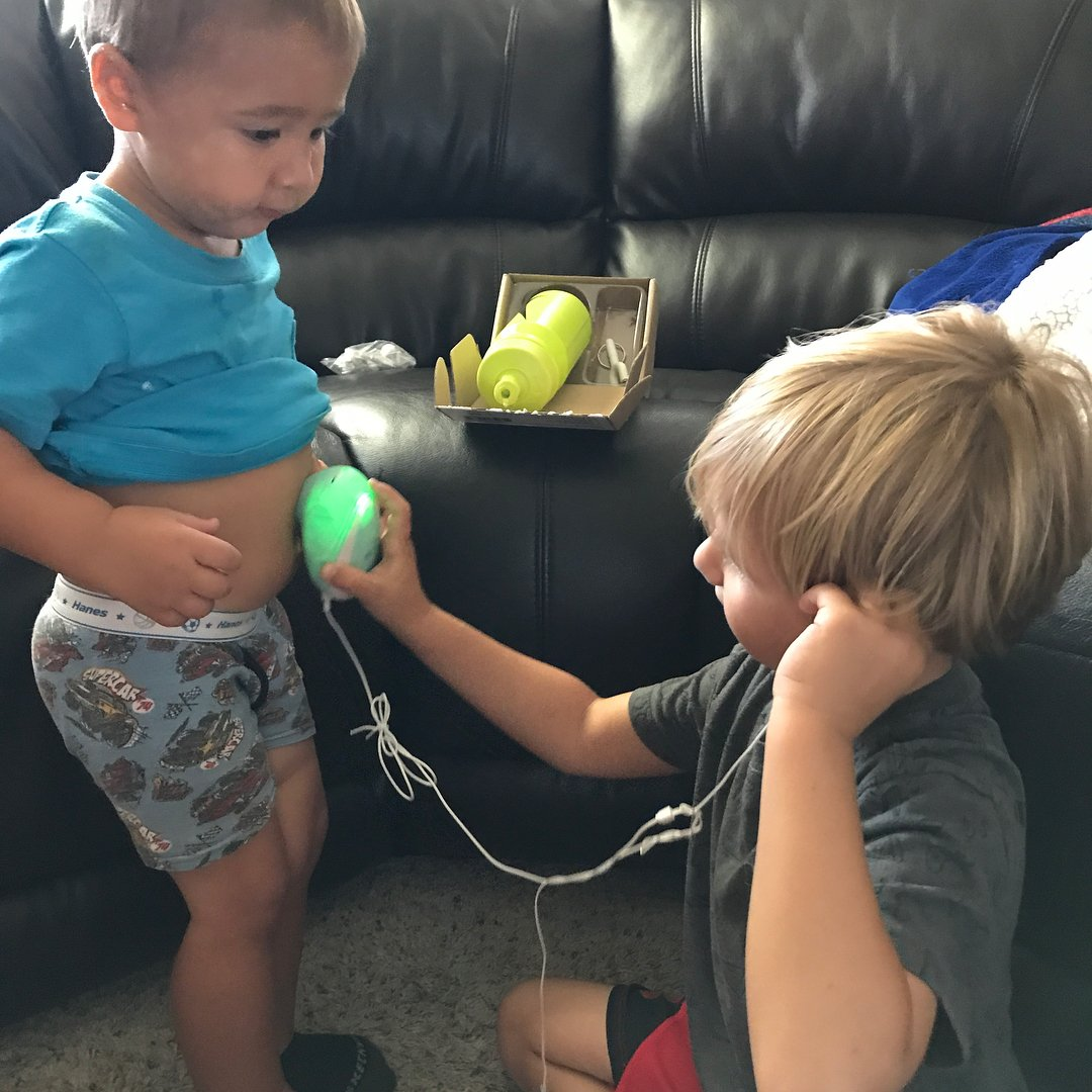 These siblings are practicing with the Wusic Heartbeat Monitor so that they can help mom find their sibling's hearbeat! Safe and easy to use.  http://www.Womb-Music.com Photo Credit @vlsemmler  #bellybump #babybumplove #pregnant #momtobe #mommylifestyle #siblings #bigbrotherpic.twitter.com/1bBVWUGfSv