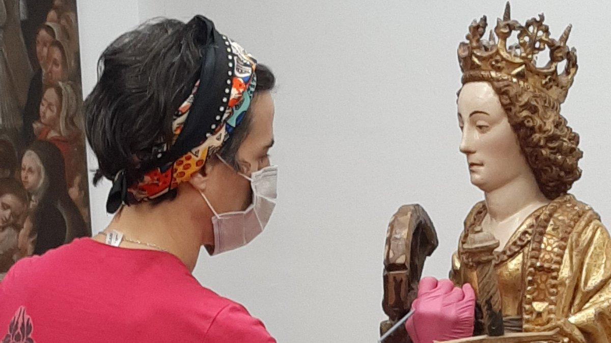 Gure XVII. mendeko Santa Katalina geldi-geldi geratzen da Artez enpresako errestauratzaileak pintura ondo finkatzen dion bitartean. https://t.co/JregkKcOqI