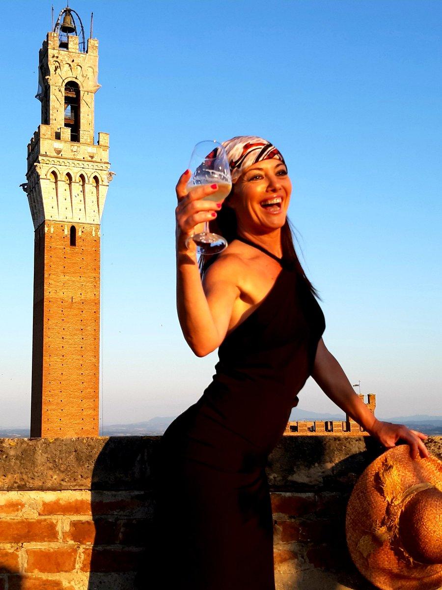 Con cin...#Siena #Toscana #tuscany #lagrandebellezza #paesaggio #landscape #italy #italia #picoftheday #fotodelgiorno #modella #model #italiangirl pic.twitter.com/2kbjITwUte