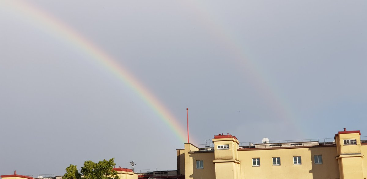 Double #Rainbow right now here in #vienna pic.twitter.com/4VEg0SSIL6