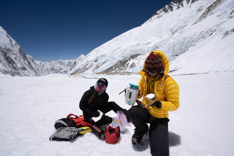 Measuring snow #Albedo on the Khumbu Glacier @ 6400 m with the amazing mountain guide 'Dawa Yangzum Sherpa' @InsideNatGeo @ROLEX #PerpetualPlanet. Thanks @UTSnowHydro for helping to interpret the data. https://t.co/N6zcU7dXNp