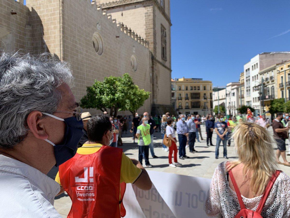 Hoy en #Badajoz @JoaquinMaciasIU con @ccoo_ext y @UGTExtremadura en la concentración #VamosASalir por un pacto para la reconstrucción social de España.