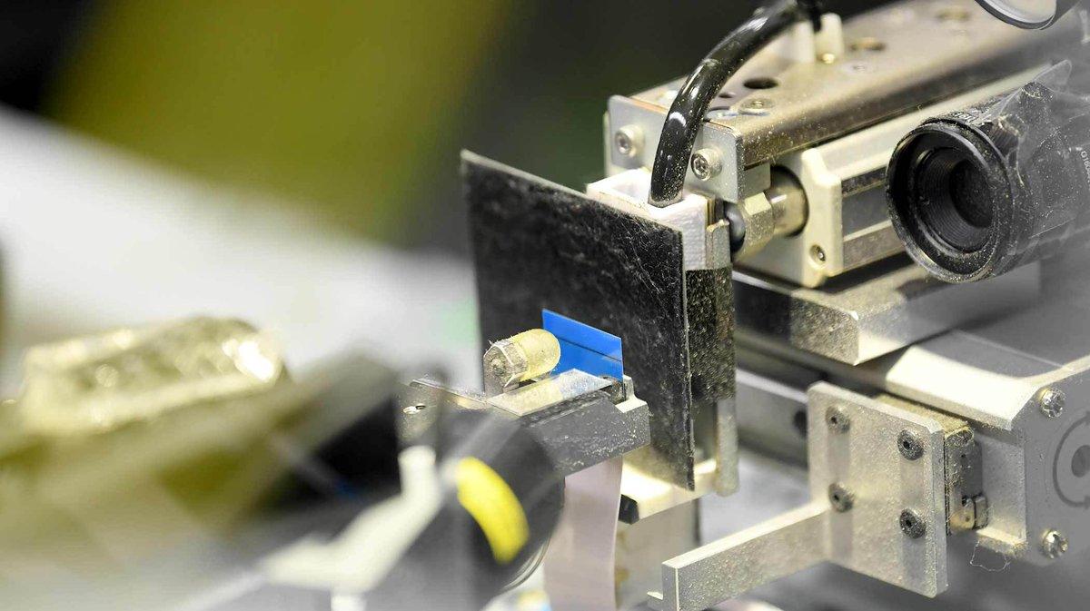 ロボットが苦手なひらひらのケーブル。ソニーは両端の青い補強テープに着目。黒いシートをあて、ライトをピカッ。テープを目印に位置や角度を判断します。これ、すべて自動です。#PlayStation #プレステ #Sony #PS5 #日経ビジュアルデータ https://t.co/xn2LV6T3UD https://t.co/tmETZVzKxt