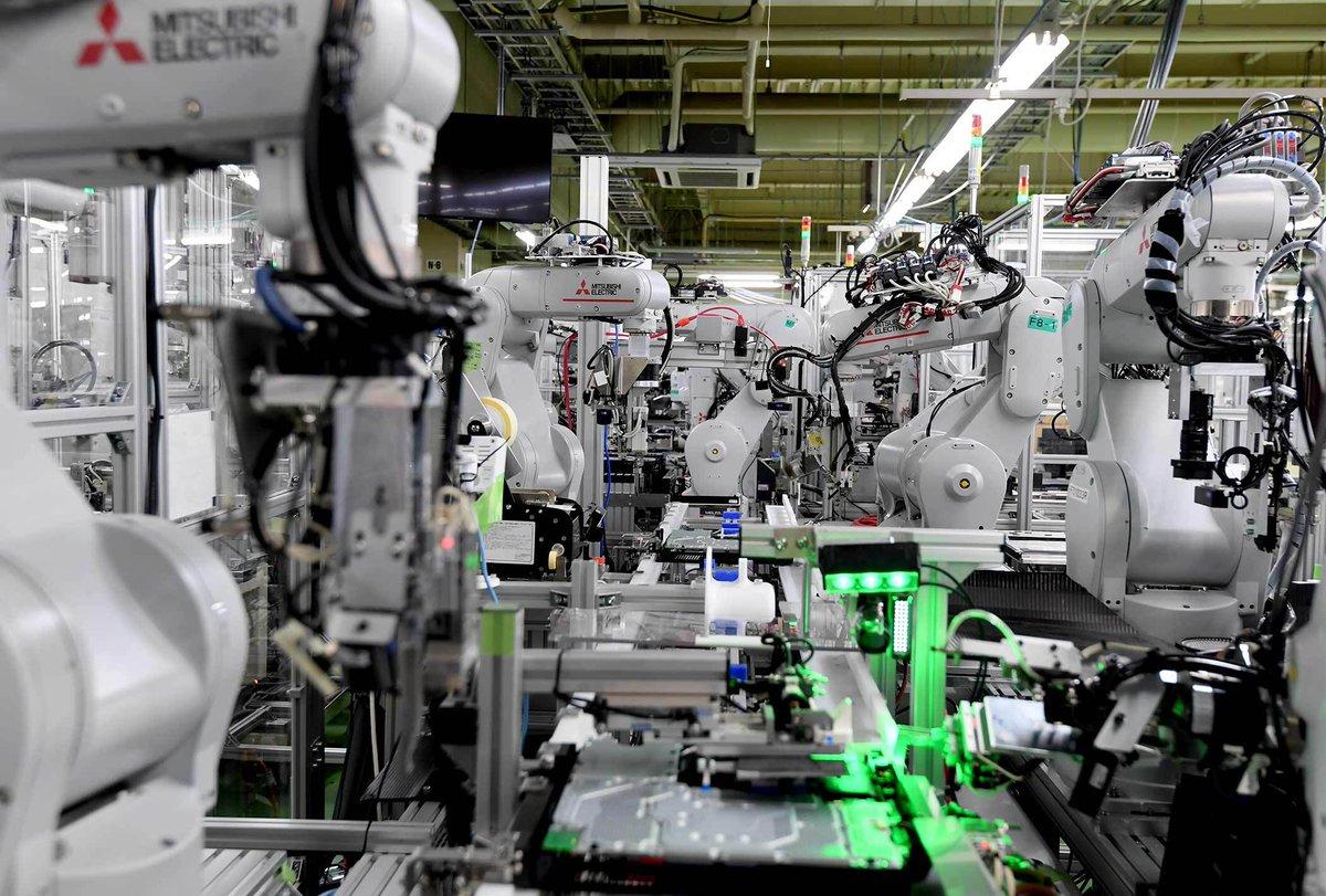 プレイステーション4の生産現場。一挙一動を緻密に制御されたロボットの勇姿に心が震えます。ロボットは三菱電機製でした。#PlayStation #プレステ #Sony #PS5 #日経ビジュアルデータ https://t.co/xn2LV6T3UD https://t.co/lAzEl2LlBt