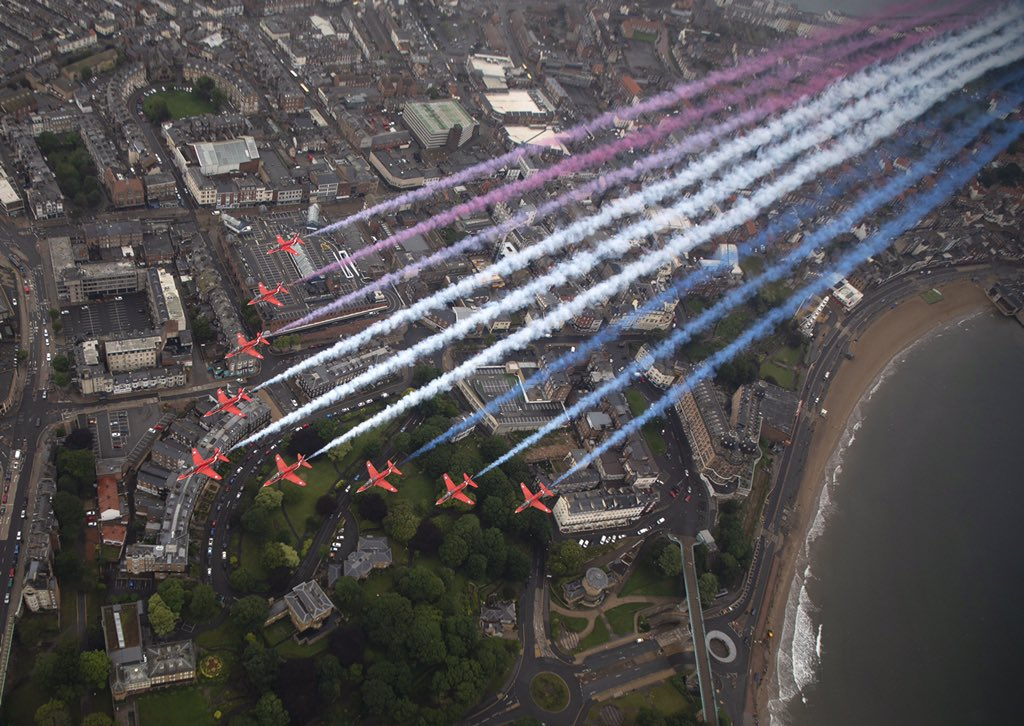 Providing some visual relief on #ArmedForcesDay2020, the @rafredarrows were captured by @RoyalAirForce photog Cpl Fletcher as the iconic team flew over @RAF_Leeming, @BritishArmy's Catterick Garrison and the coastal town of Scarborough trailing 🔴⚪️🔵 https://t.co/22gH5a9PCU