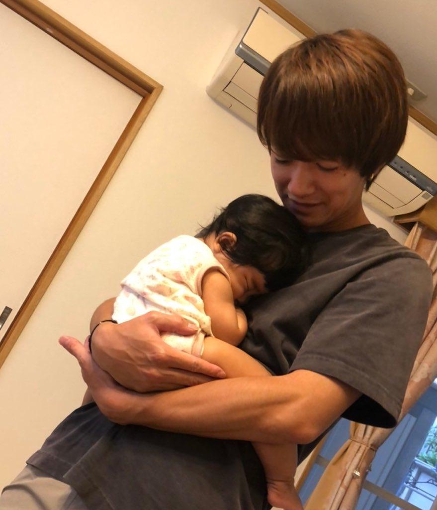 いとこに赤ちゃんが生まれました。 抱っこしたら腕の中ですぐ寝はった。 良いパパの素質あり! パパになる兆しはまだなし! https://t.co/1f2p1P23Og
