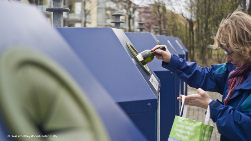 A machine to sort out the trash 🗑️   🇨🇭  has a reputation for its orderly user-led approach to recycling.   But, an analysis by @Avenir_Suisse suggests that entrepreneurs and machines should take over.  ℹ️  https://t.co/QY2AH7VZtj https://t.co/qcxAghZ1fd