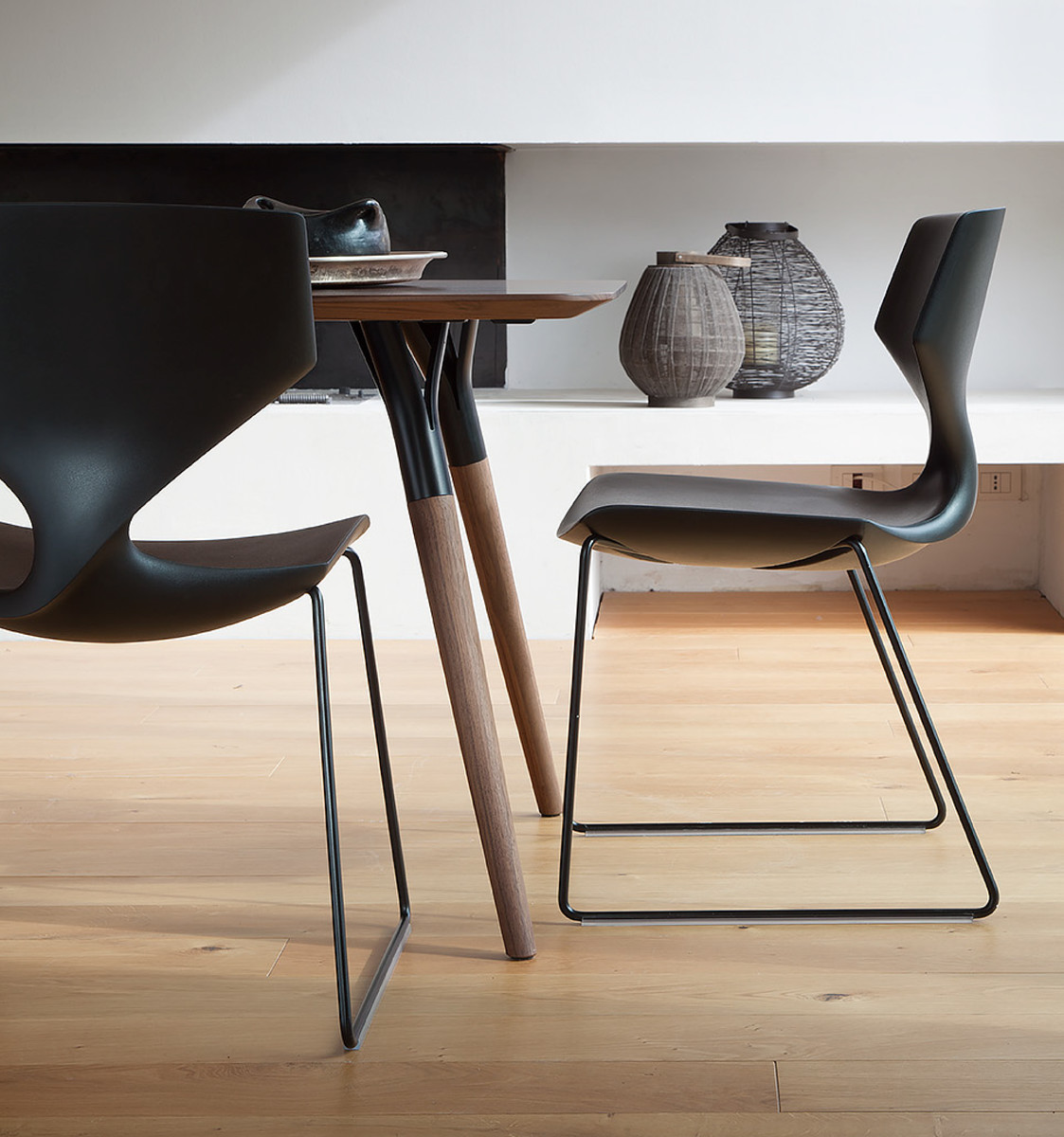 Quo is an elegant stacking chair which impresses with a very special twist in the back. The shell of Quo is available in many exciting colors and up to 40 pieces. The base is available in polished or matt black and white lacquered steel.  https://t.co/6xsrOwOdjV
