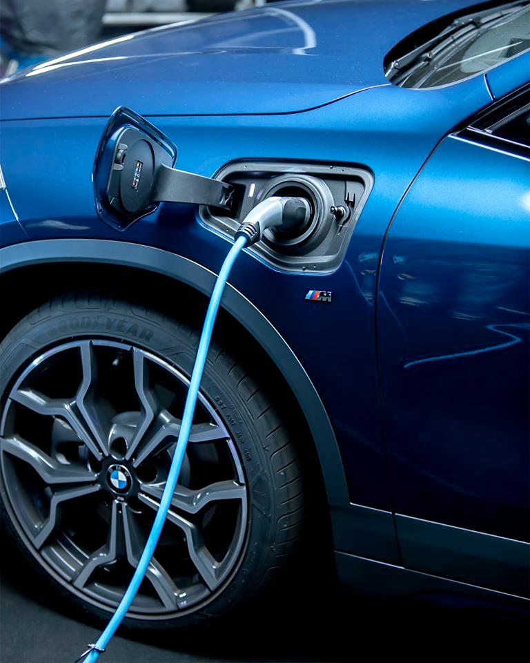 #TheX2 Ekstremalnie niezwykłe. Absolutnie wyjątkowe. Niesamowicie nowoczesne. Nowe #BMW #X2 xDrive25e z napędem hybrydowym plug-in o zasięgu elektrycznym do 57 km. https://t.co/yYj6xJdsvl