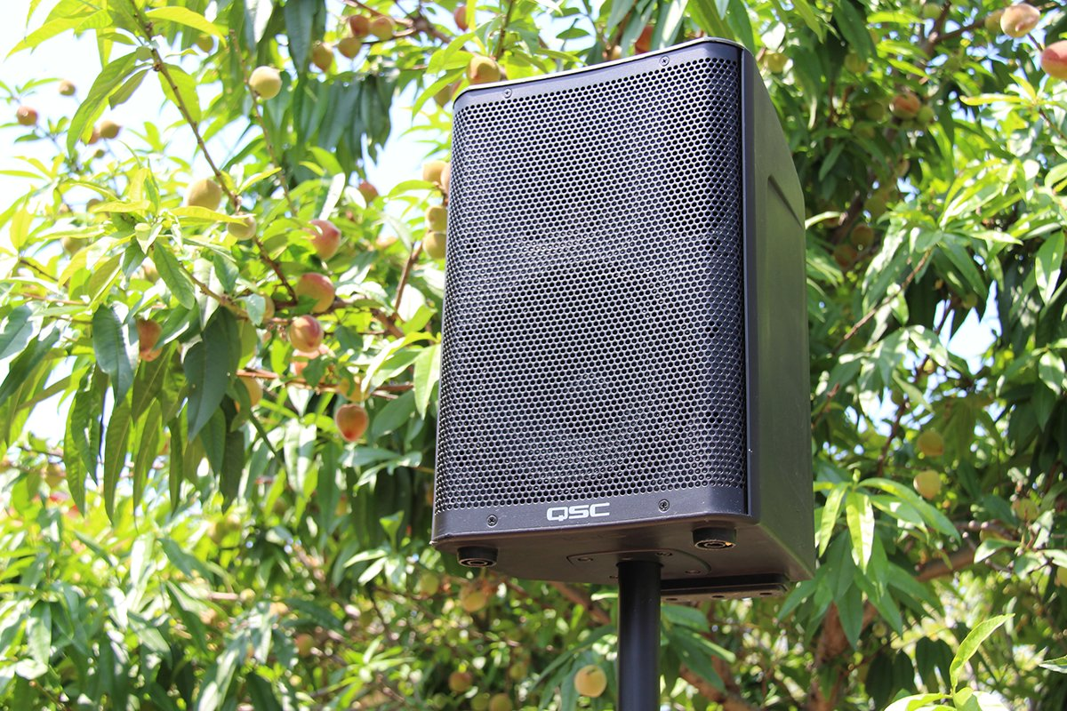 CP8 compact powered loudspeaker is just peachy for playing a backyard garden party! #playoutloud #qsc https://t.co/RprCgfoTPV