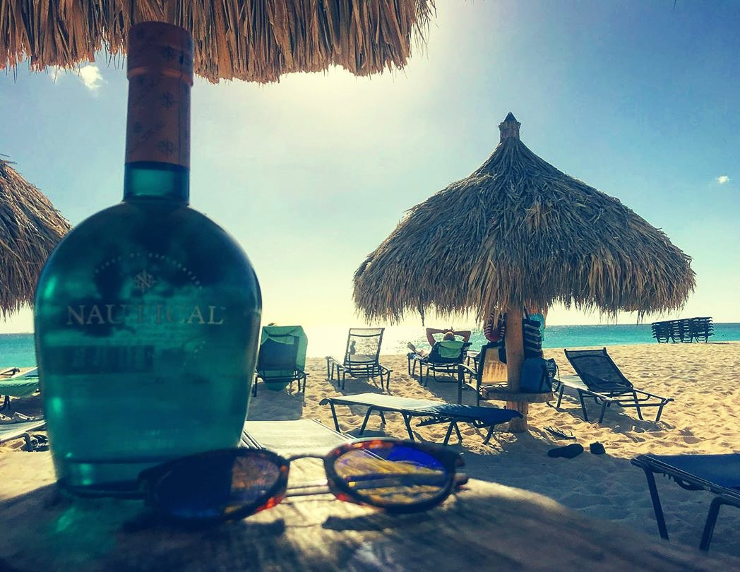 The sun is high, it's time for a #GinAndTonic  #NauticalGin The #SpiritOfExploration  #NautiMack #Mackk21 #AmericanGin #Gin #Cocktails #GinCocktails #GinLovers #GandT #GinTonic #WhyNotGin #LetsBeGin #Sailing #YachtLife #SailingLife #GinLife #IslandLife #Aruba #Caribbean pic.twitter.com/Jt63Exltvn