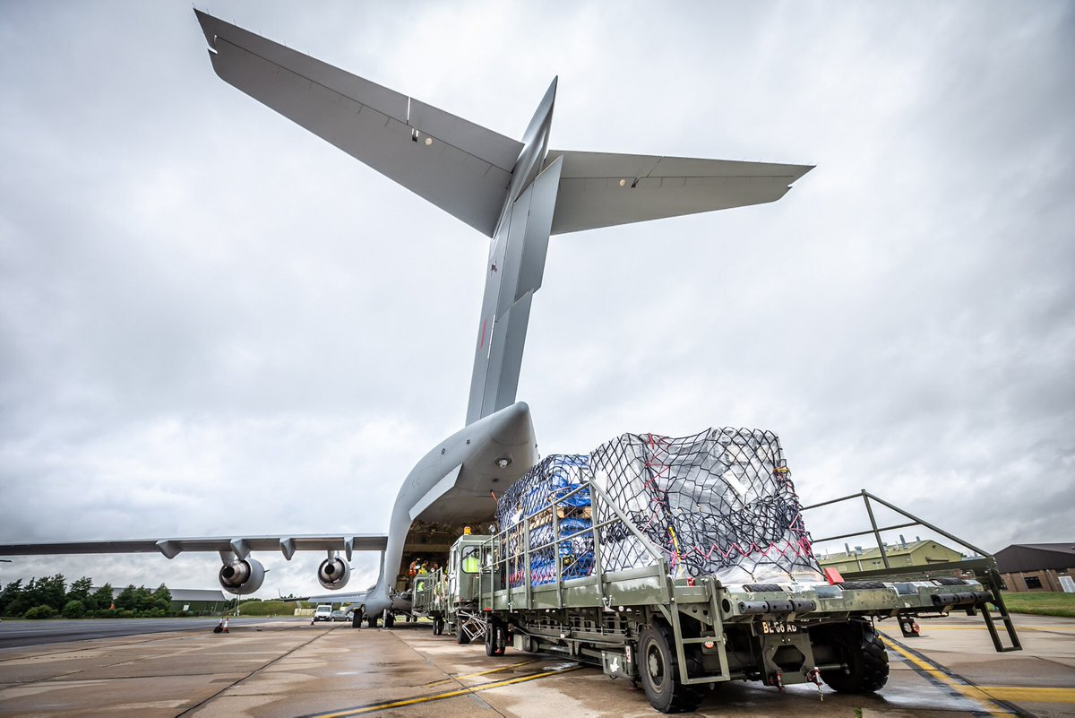 3 @RoyalAirForce photogs converged on @RAFBrizeNorton at 0600 today to capture 16 pallets being loaded by @1AirMobWing onto a @99Sqn @BoeingDefense C17 bound for Accra, Ghana 🇬🇭. The freight, a field hospital, that will be used to combat Covid-19 by @WFP @DFID_UK @UN 📸 https://t.co/RM2LAIFVlf