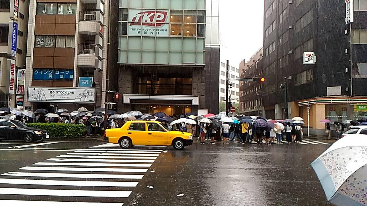 画像,ひどい!英検会場の入場待ちの横浜。長蛇の列。 https://t.co/R7TpAZEIVd。