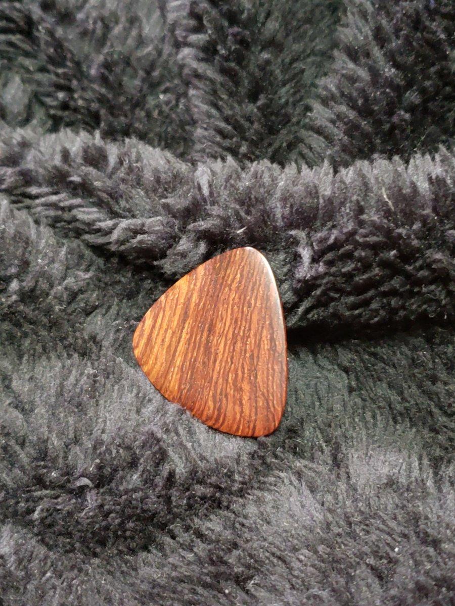 ホンジュラスローズの木製ピックです。 共鳴性が高く強度も高いため、高級楽器として重宝されてきた希少木です。 手削り手磨きの作品なので一点物となります。 #銘木 #ホンジュラスローズ #ホンジュラスローズウッド #ニューハカランダ #ピック #ギターピック #ベースピック https://t.co/34K993ydqA