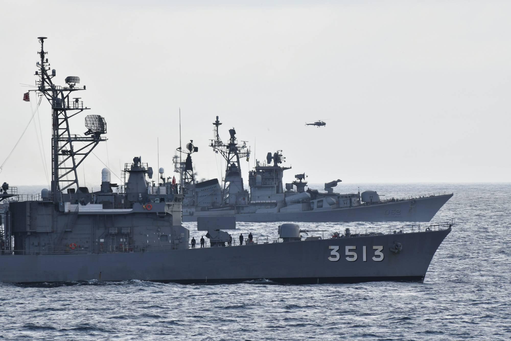 Latihan militer bersama Angkatan Laut India dan Jepang.