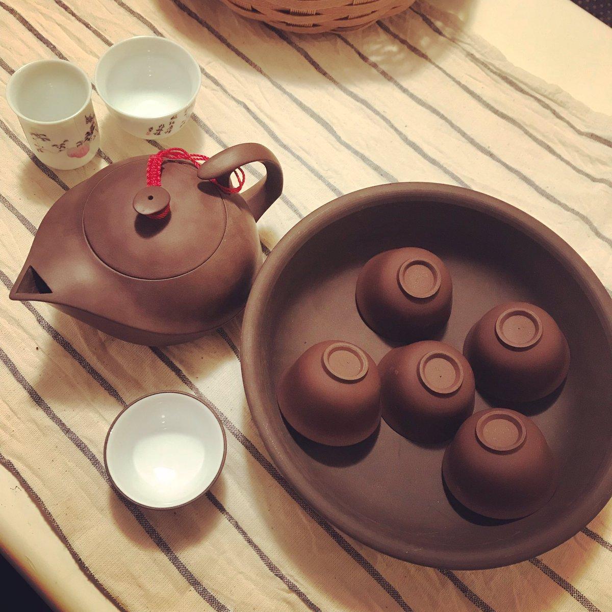 台湾の茶道的な、淹れ方々さの作法があってそれが興味深いというか、ただのパフォーマンスと見せかけて実は理にかなってる合理的な淹れ方なのがホント面白くて好き∈(◉□◉)∋ 下のボウルみたいなやつの上で茶瓶くーるくる回すの∈(◉□◉)∋ #台湾 #茶器 #お茶 #作法 https://t.co/XzP5RQ6Vg5