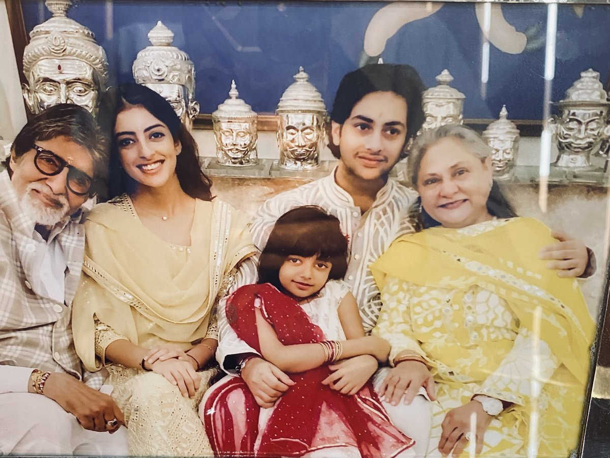 T 3577 - Grand children  .. Grand parents  ..❤️ .. and the arrangement of the metal casts at the back of the picture, have not been deliberately done according to the seating arrangement in front of them .. 🤣🤣🤣🤣  .. happens .. 🤣🤗❤️❤️ https://t.co/k5dx9jl6yL