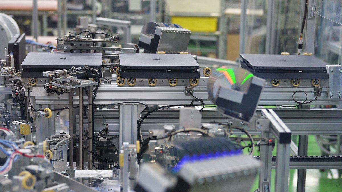 プレイステーション4の生産現場に初潜入。担当カメラマンは淡嶋健人記者です。長さ31.4メートルの生産ラインの魅力を伝えます。#PlayStation #プレステ #Sony #PS5 #日経ビジュアルデータ https://t.co/xn2LV6T3UD https://t.co/2az94ZfJ0o