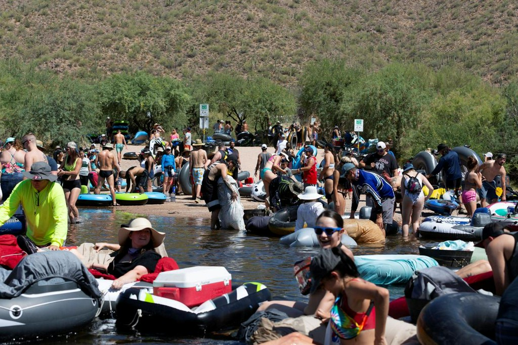Crowds pack Arizona river as U.S. posts record COVID cases for three days running https://t.co/rR2RMzIVVv https://t.co/hZ4izjsgRJ