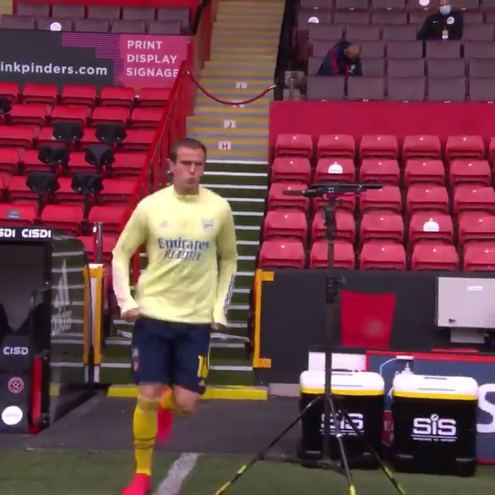 Sound on and wait for it... 😂  🎵 Enjoying the pre-match tunes, @RobHolding95?  #EmiratesFACup