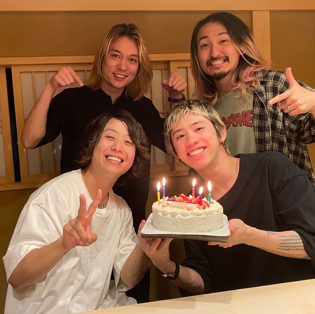 🎂Tomoya posted again 🎂 I can't believe there was a surprise waiting for me 😳😳😳 Takahiro, Toru, Ryota, thank you ☺️✨ 📸Tomoya instagram.com/p/CB8NjUfg4Ei/… #Tomoya生誕祭 #ONEOKROCK #OOR #ワンオク