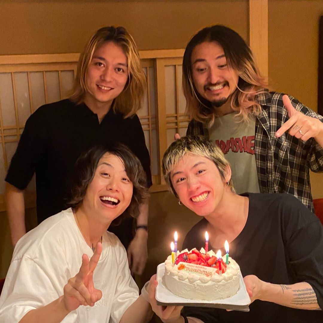 🎂From Taka 🎂 (Posted slightly different pic than the other 3) It's been a while but because it is Tomoya's bday, we had a reason to get together!... (cont. in the pict) 📸 Taka instagram.com/p/CB8OTfygkYJ/… #Tomoya生誕祭 #ONEOKROCK #OOR #ワンオク