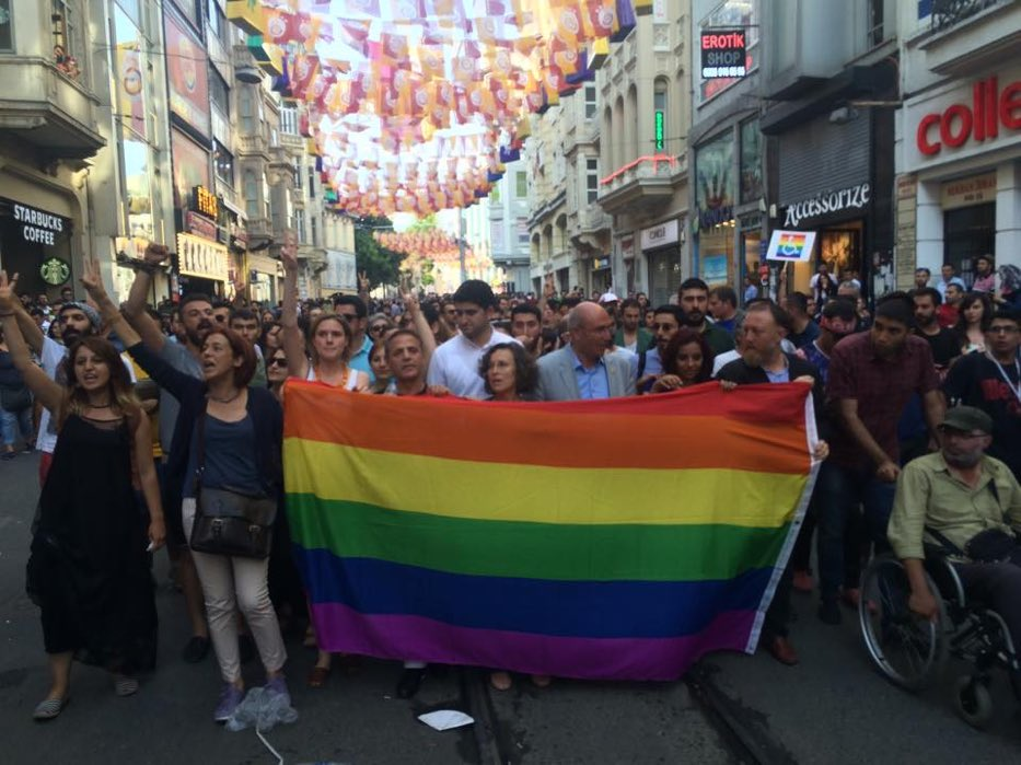 Eşit haklar için mücadeleye devam- Onur haftası kutlu olsun. Für die #Gleichberechtigung kämpfen wir weiter -  #HappyPride  #CSD #Istanbul  #Beyoglu #istiklalcaddesi #gökkuşağı #rainbow #regenbogen @HDPgenelmerkezi  @CHP_istanbulil  @dieLinkepic.twitter.com/WBqsHr88JH