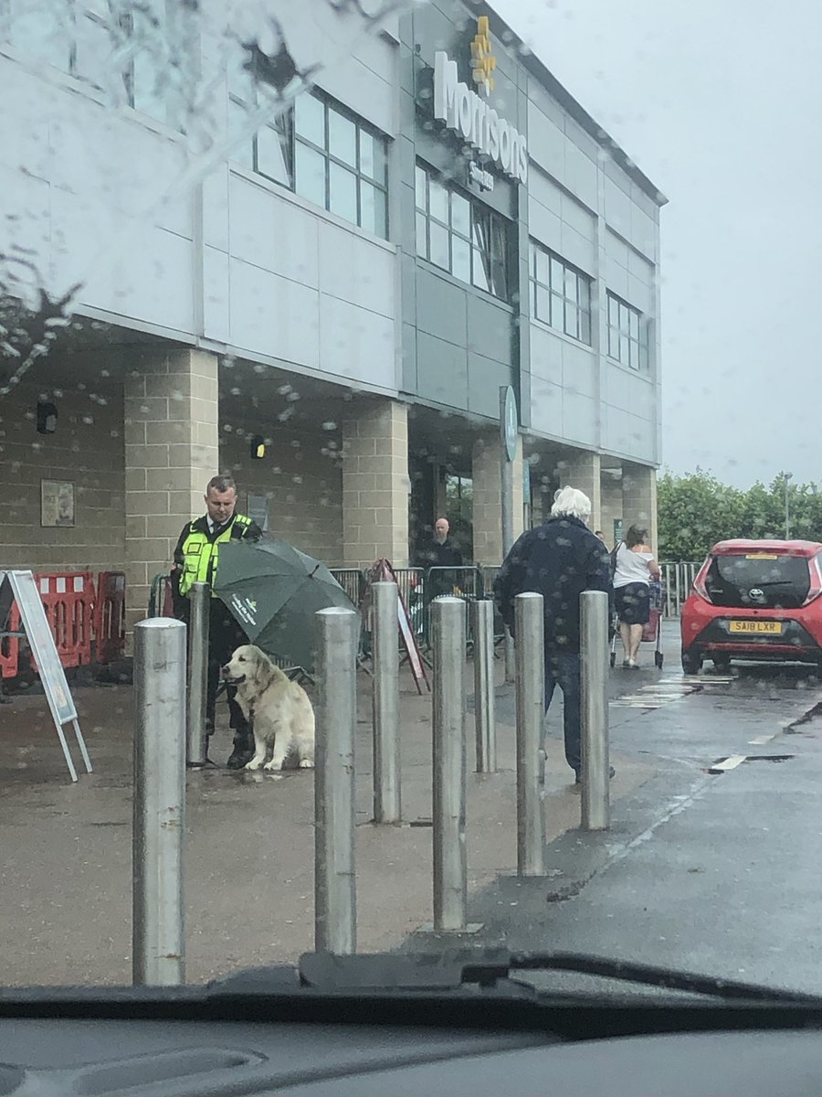 Shout out to this @Morrisons security man keeping this good boy dry. He said 'well you never know how dogs feel about the rain' https://t.co/B9CPWI7u5Q