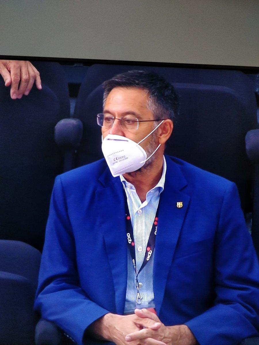 Bartomeu viendo al Barça de básquet con mascarilla blanca. Claro guiño al Madrid, su verdadero equipo.