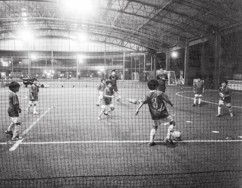 せがれもフットボールの 魅力に取り憑かれ始めました。  #iniestamethodology #leicammonochrom