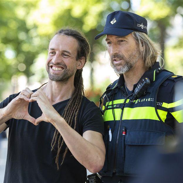 De #politie is je beste vriend¨. Slechtste slogan ooit. Er mag zeker wat gezag en ontzag terugkomen voor ons als politiemensen op straat´, @Politiebond Politieman als beste vriend & gezagsdrager met resp.
