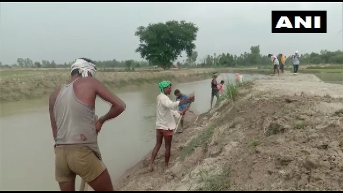 Migrant labourers from Barabanki, who have returned to their village amid #COVID19 pandemic and are working here under MGNREGA to restore natural form of Kalyani river, were applauded by PM Modi in his #MannKiBaat yesterday.