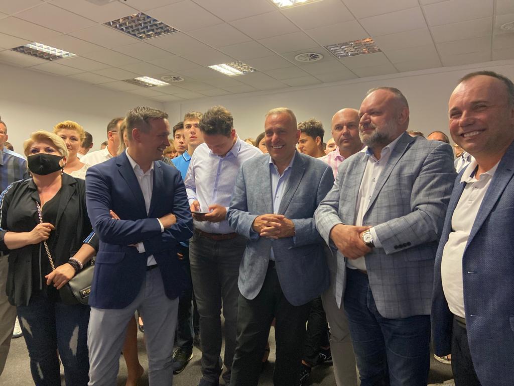 Wieczór wyborczy we Wrocławiu. Wspaniała frekwencja i rewelacyjny wynik @trzaskowski_. Dziękuję wszystkim za udział w tych wyborach. A teraz pełna mobilizacja przed drugą turą. Wszyscy wyborcy opozycji ruszają bić się o Polskę! https://t.co/jx92wfeVvI