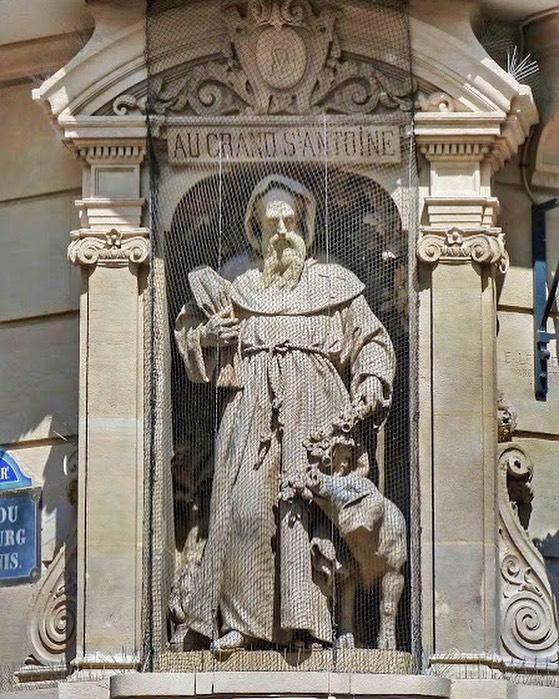 """🐷 Voici la célèbre enseigne sculptée """" Au grand Saint Antoine """", à l'angle du Bld Saint Denis et de la rue du Fbg Saint Denis, dans le Xe ardt. Elle décorait autrefois la charcuterie Véro-Dodat aujourd'hui disparue, Saint Antoine étant le patron des #charcutiers ! #parisinsolite https://t.co/yMw7ckQJDf"""