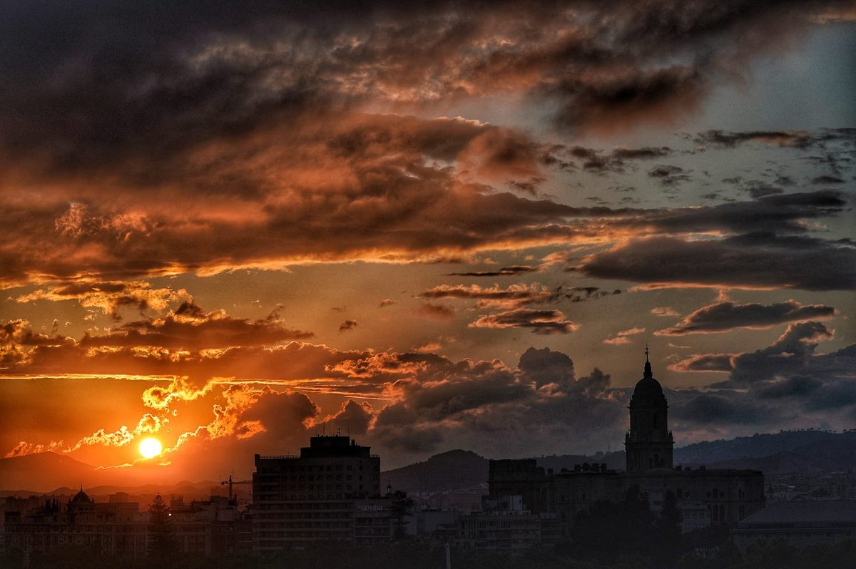 Decía D. Manuel Alcántara que hoy es siempre otro día.  _____  #Málaga #skyline #sunset #spain #dulcessueños 📷 @santanadeyepes  ____ https://t.co/oEI4lstjVy