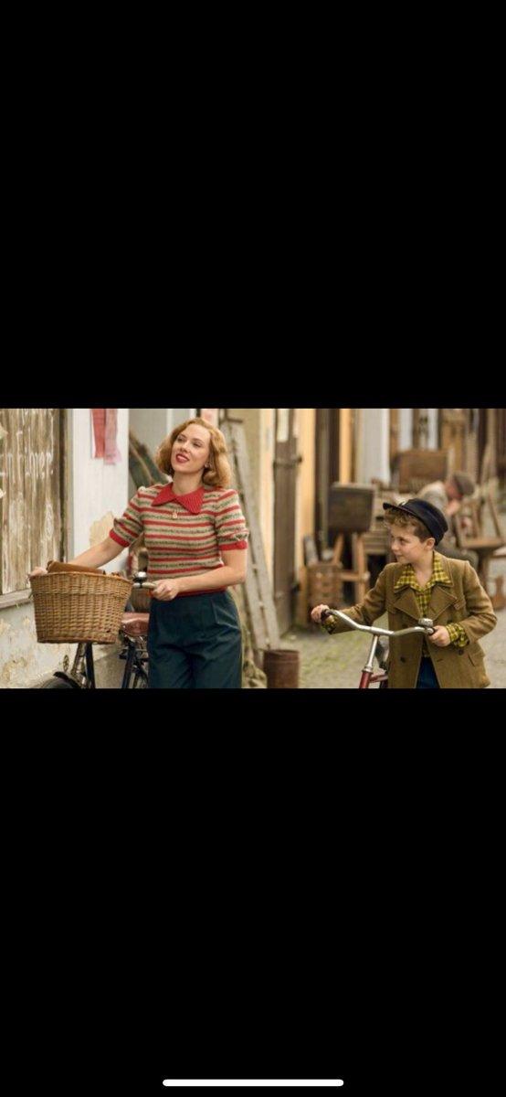 test ツイッターメディア - ジョジョラビット鑑賞10歳のジョジョ リトルダンサーの主役を思い出すような、可愛らしく母親役のスカヨハがコケティッシュで力強く印象を残す。ジョジョの友達ヨーキーの、見た目に反したタフなところや、後半のキャプテンKに心を一気に持っていかれて涙目になる、余韻が残る映画でした。 https://t.co/bWoXrFKH2S