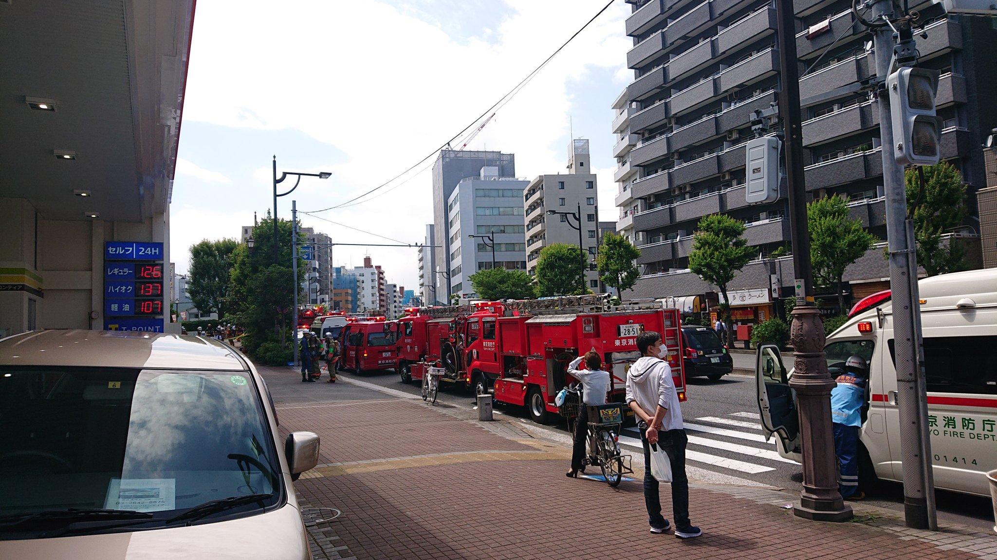 画像,木場駅付近に消防車めちゃ集まってきた。作業中になにかが破裂したようです。火事では無いようで一安心。ですが、怪我をされた方がいるようす。#木場 #消防車 #火事 …
