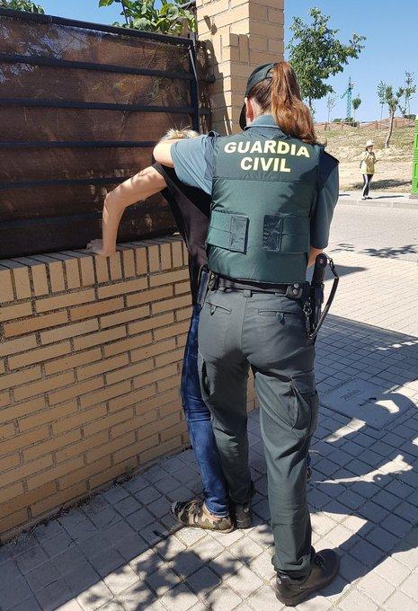 El trabajo policial en la @guardiacivil no distingue entre hombres y mujeres, todos/as son profesionales y día a día lo demuestran en sus intervenciones.  #Vacaciones2020 #VeranoSeguro  #TrabajamosParaProtegerte #062 📞 https://t.co/p8WgFVKii3