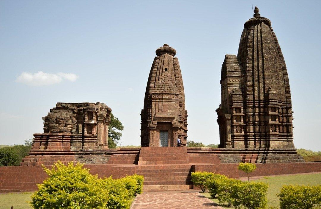 Some of the temples built by Kalchuris of Chedis: - Karna temple at Amarkantak - Karna-meru temple at Varanasi - Chausath Yogini Temple, Jabalpur - Virateshwar Temple, Sohagpur - Machendranath Temple - Numerous other temples in Amakantak https://t.co/XLWrxbPFsm