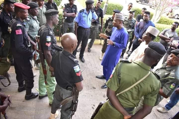 The DSS, & police should immediately free all those in their illegal detentions including activists. We say no to the consistent inhuman treatment of our activists, there are no law denying activists their rights to assemble, advocate for justice.  #RevolutionNow https://t.co/MLf7R2PZJ7